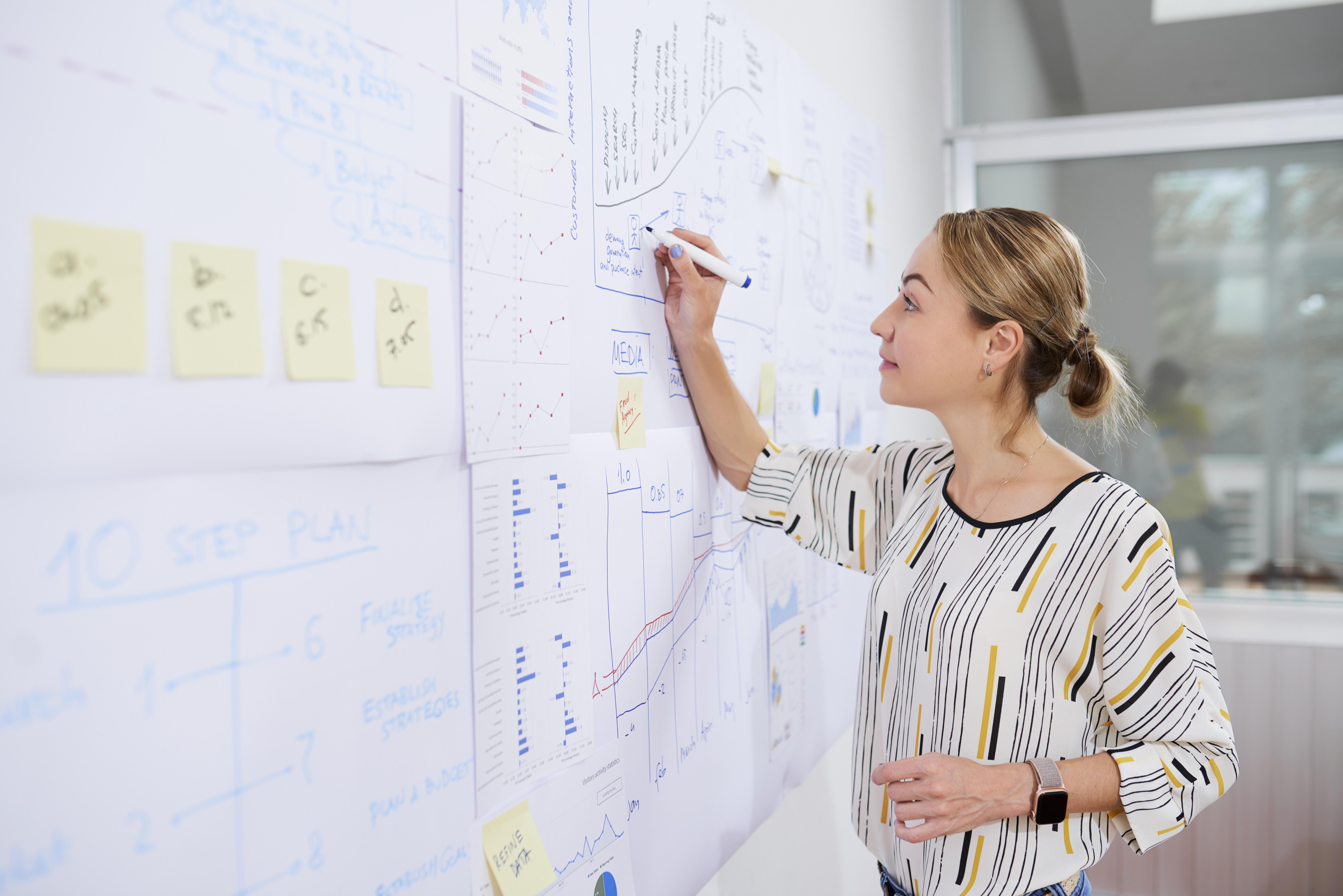 marketing-department-manager-drawing-chart-U3XLNYT